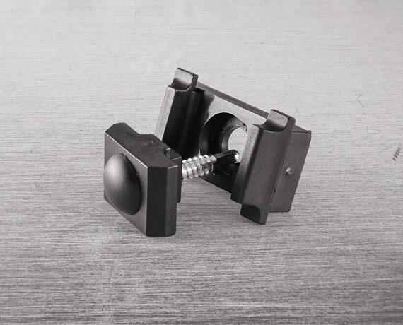 Uchwyt i śruba z zaślepką do mocowania paneli na słupku
